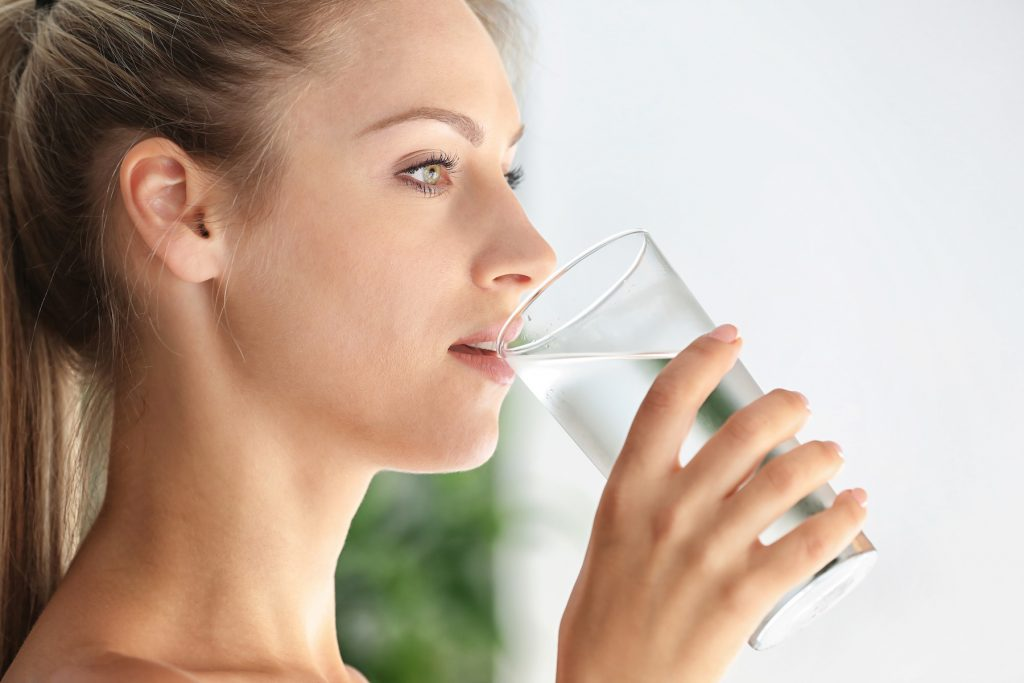 Bere più acqua ogni giorno: 10 suggerimenti